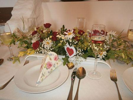 Svatby - červená růže a kopretina