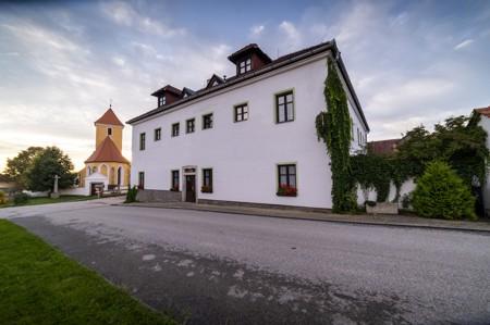 31 - Hotel Černice - ubytování: - Vnitřní a venkovní prostory společné prostory