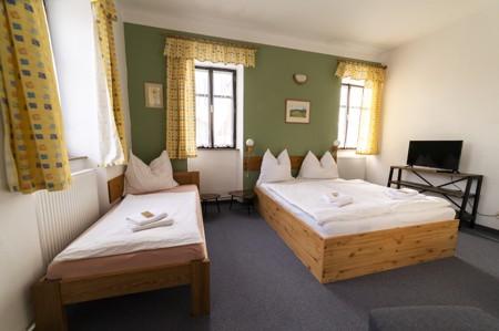 34 - Hotel Černice - ubytování: - Třílůžkový svatební pokoj (postele 2 + 1), 1. patro