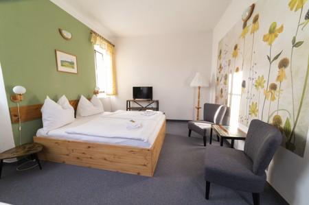 35 - Hotel Černice - ubytování: - Třílůžkový svatební pokoj (postele 2 + 1), 1. patro